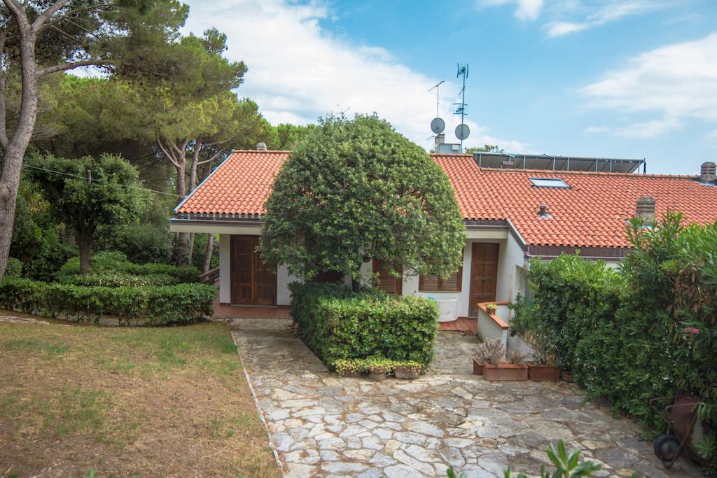 Quercianella metà villa panoramica con grande giardino