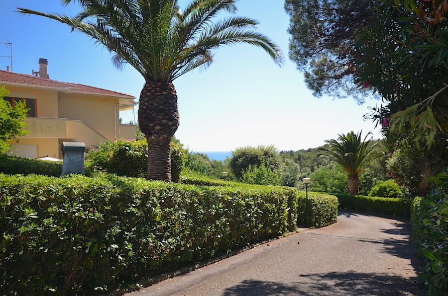 Castiglioncello, piano terra rialzato con balcone e giardino